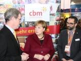 Angela Merkel besucht den CBM-Infostand