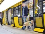 Ein Fahrgast geht am 04.07.17 auf dem U-Bahnhof Biesdorf-Süd (U5) aus einem IK-Zug (Grossprofil). Foto: BVG/Oliver Lang